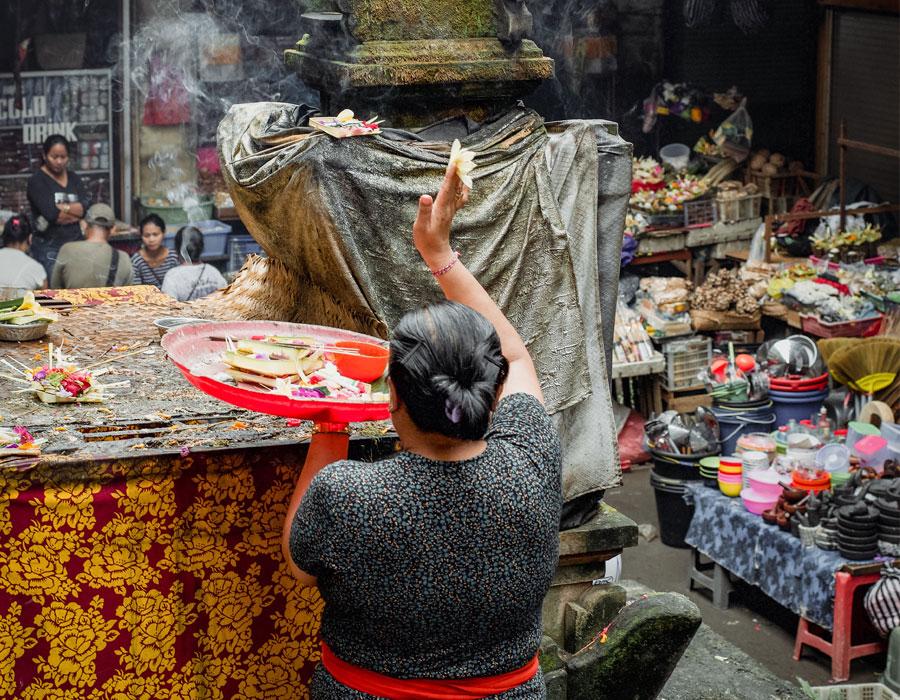 Perempuan Bali mempersembahkan banten saiban