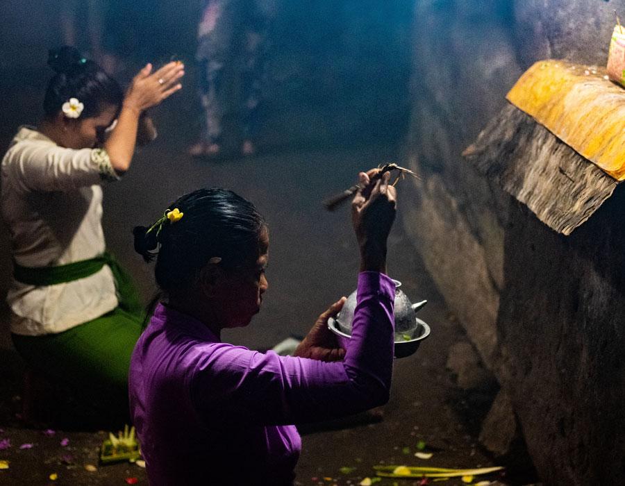 Perempuan Bali sedang berdoa